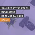 """Photo d'un ordinateur portable fermé, une plante et une caméra photo par @ronmcclenny avec du texte par dessus écrit """"comment éviter que ta newsletter ne tombe dans les spams"""""""