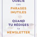 """Tasse et fleur sur bureau blanc et fond blanc avec du texte par dessus qui dit """"Oublie ces phrases inutiles quand tu rédiges ta newsletter"""""""